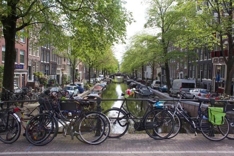 Les canaux et les vélos.