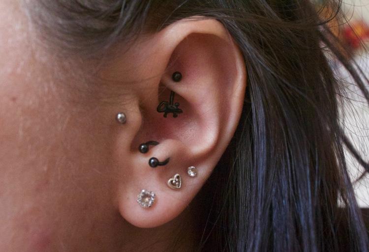 Piercing oreille : tragus, Rook, anti-tragus et lobes rainbow et runlight