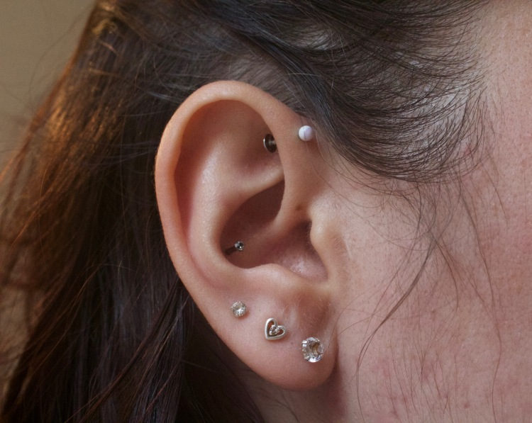 Piercing oreille : lobes, Conch et anti-hélix rainbow et runlight